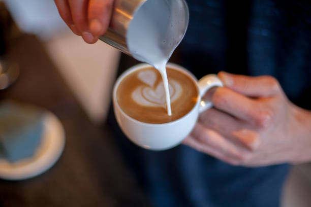 latte art kaffee zu machen - kochkunst stock-fotos und bilder