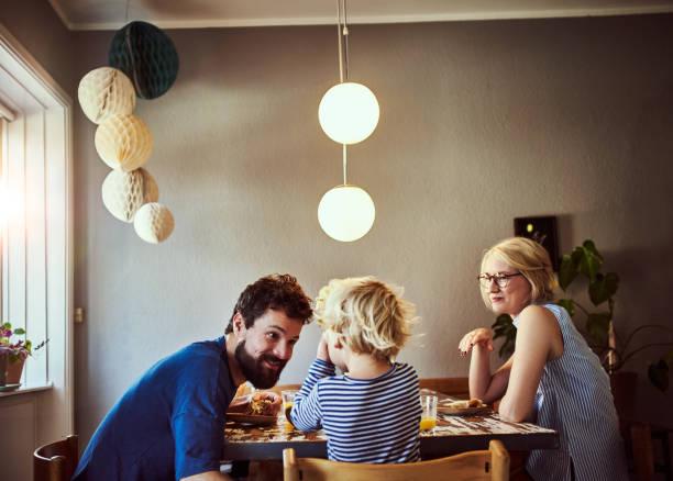 zorg ervoor dat u alle uw ontbijt eten - noordse landen stockfoto's en -beelden