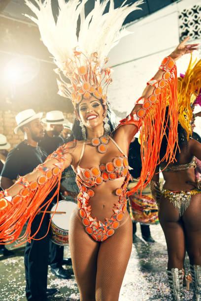ich mache die musik lebendig werden - sambatrommeln stock-fotos und bilder