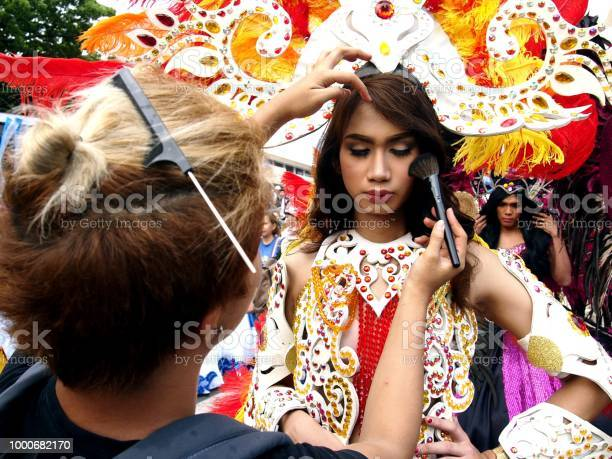 Make up artist applies make up to a parade participant in her the picture id1000682170?b=1&k=6&m=1000682170&s=612x612&h= h9dbgfgfshkglvlbhuzp6zw7n0epuyk6kmzo0lejma=