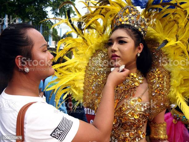Make up artist applies make up to a parade participant in her the picture id1000720876?b=1&k=6&m=1000720876&s=612x612&h=7ykvqlmx4fqlnfxtk1idts1skeq udrp6rneixilvns=