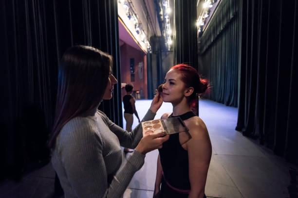 make-up artist vorbereitung eine ballerina auf die bühne zurück - tanz make up stock-fotos und bilder