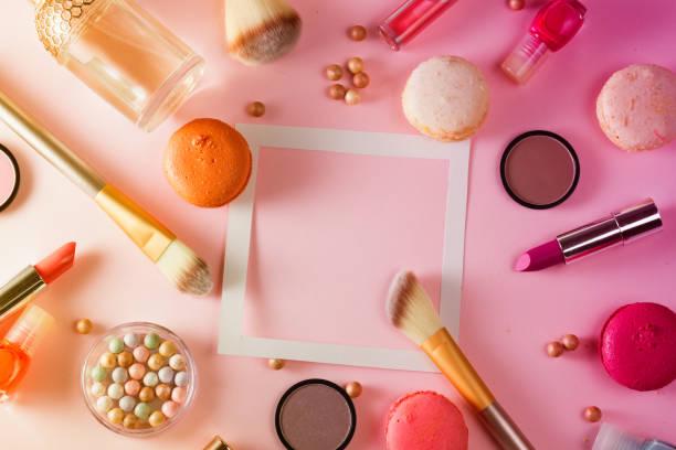 make up produkte und makronen - make up torte stock-fotos und bilder