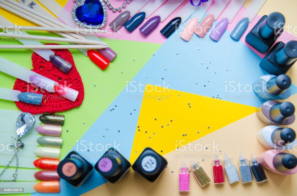 Composent ensemble sur la vue de dessus de fond pastel. Manucure à fond clair moderne mode - Photo