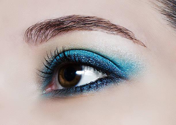 make-up-trend :  blaues glänzendes eyeshadows. - blaues augen make up stock-fotos und bilder