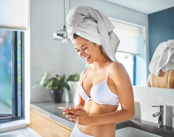 machen sie ihren morgendlichen routine noch einfacher mit dieser app - feminine badezimmer stock-fotos und bilder