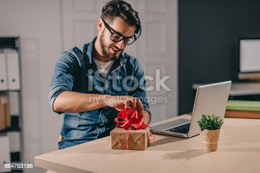 istock Makeing gift for colleague 864763196