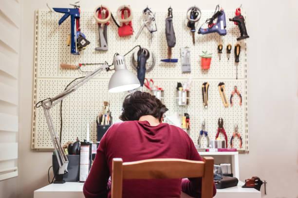Fabricante está trabajando en su taller - foto de stock