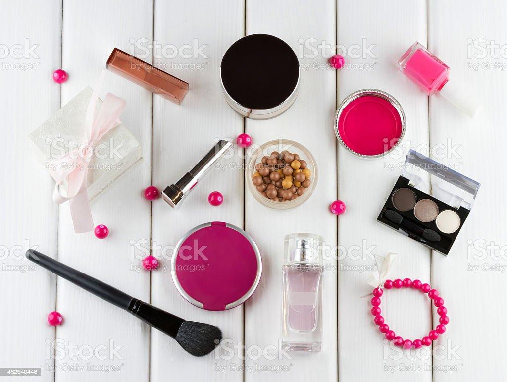 Make-up und kosmetische pink auf weißem Holz-Hintergrund – Foto