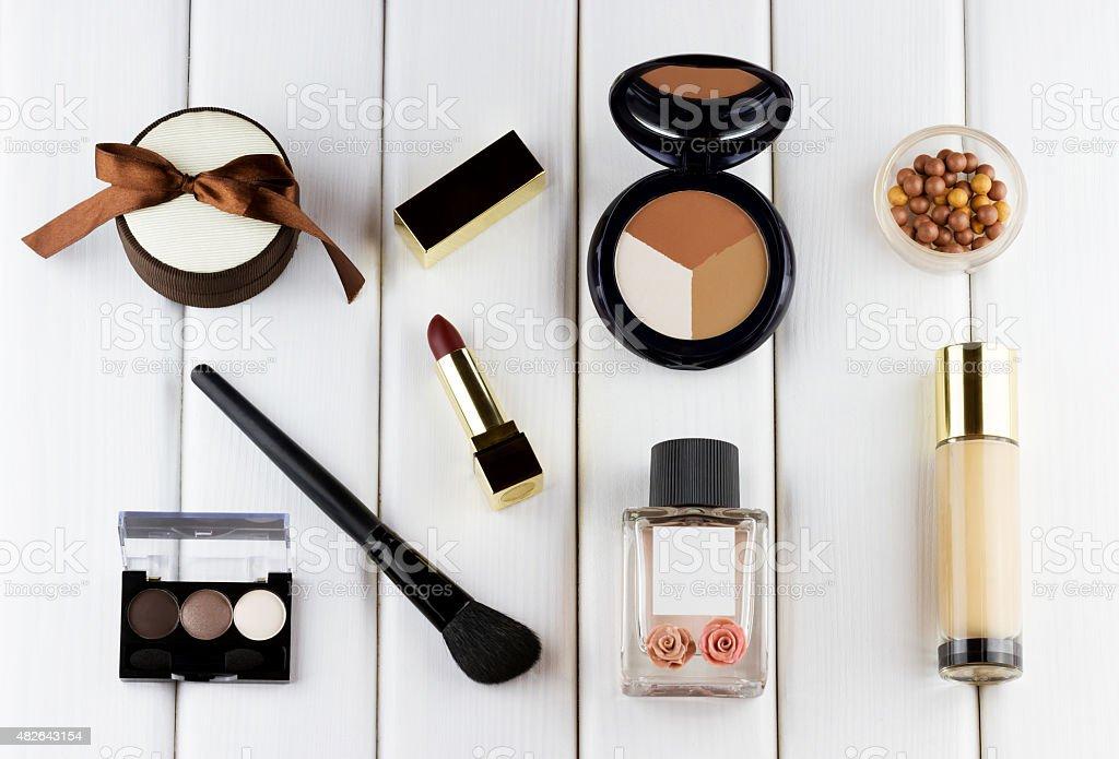 Make-up und Kosmetik-set auf weißem Holz-Hintergrund – Foto