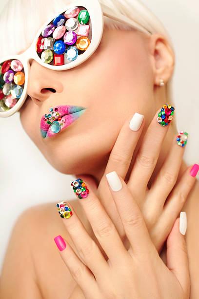 make-up und maniküre mit kristallen. - nageldesign trend stock-fotos und bilder