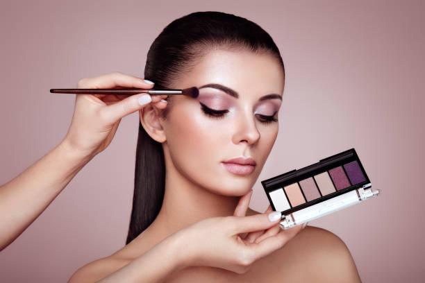 化妝師應用眼影 - 舞台化妝 個照片及圖片檔