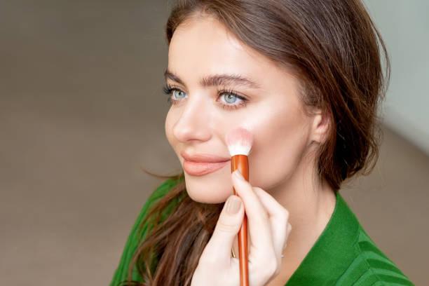 make-up artiest past huidskleur. - rouge stockfoto's en -beelden
