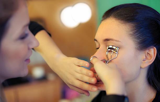 makeup artist applying eyelash curler - 속눈썹 컬러 뉴스 사진 이미지