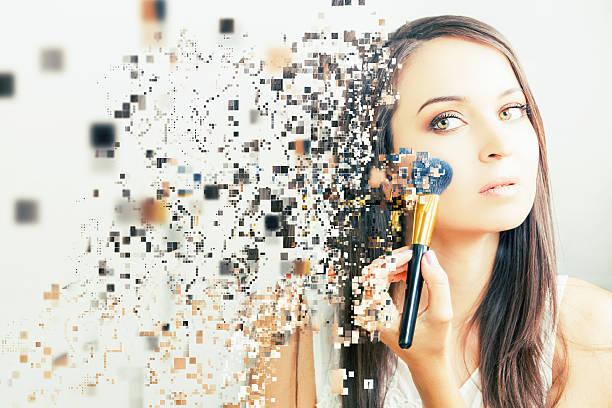 Compensación del artista mujer haciendo uso de maquillaje cepillo cosmético para disfrutar - foto de stock