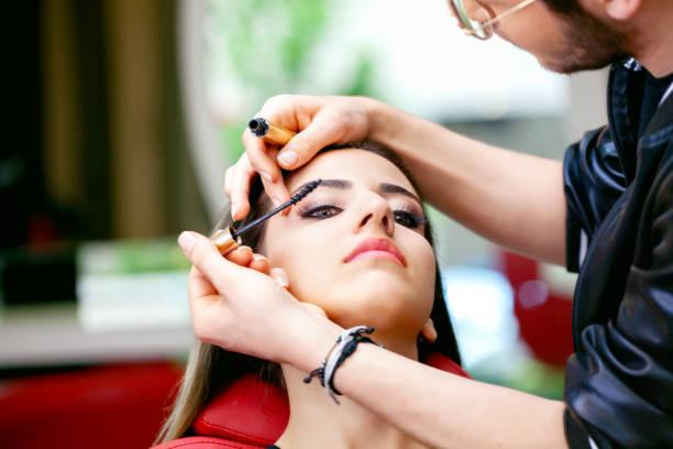 Make-up Künstler arbeitet auf schöne Frau. – Foto