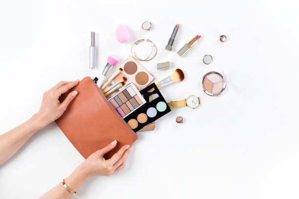 kosmetyka z kosmetykami - akcesorium osobiste zdjęcia i obrazy z banku zdjęć