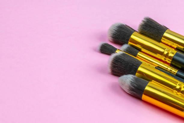make-up bürste sauber. zeichnen von kosmetischen produkten mit kopierraum. b - rosa glitzer nägel stock-fotos und bilder