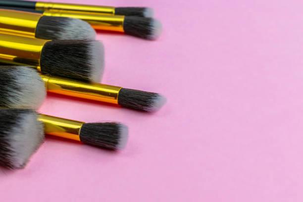 make-up pinsel zeichnung. kosmetische pulverprodukte isoliert auf rosa - rosa glitzer nägel stock-fotos und bilder