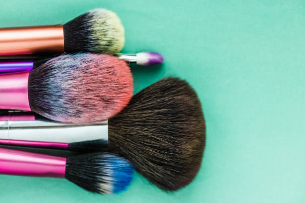 Makeup brush isolated on green background Makeup brushes make up brush stock pictures, royalty-free photos & images