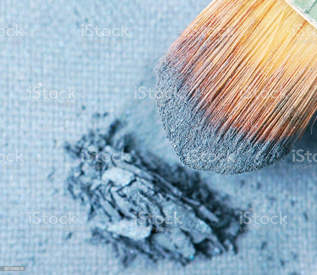 Maquillage appliquer Fard à paupières poudre bleu photo libre de droits
