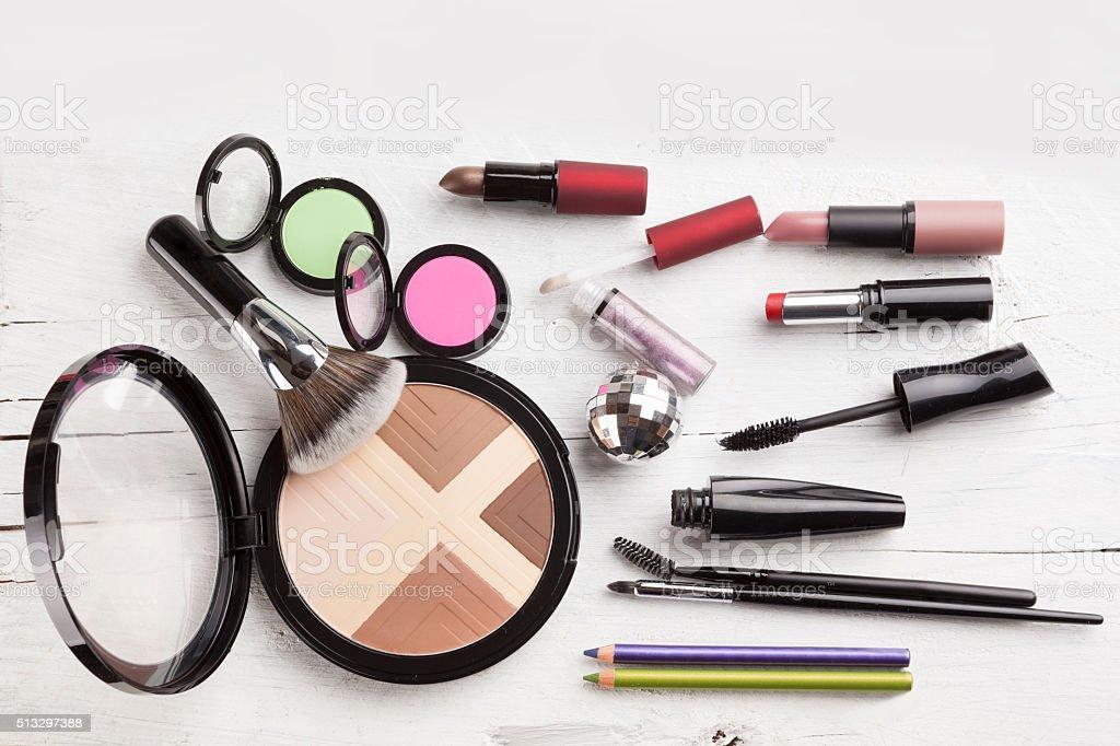 Make-up Pinsel auf Halter und Kosmetik isoliert auf weiss – Foto