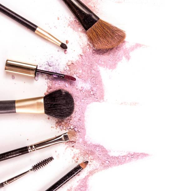 make-up-pinsel, lipgloss und bleistift auf weißem hintergrund - lila augen make up stock-fotos und bilder