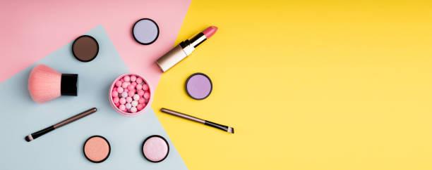 化妝用品和裝飾性化妝品的顏色背景平躺。時尚和美容博客的概念。長 web 格式 - 美容品 個照片及圖片檔