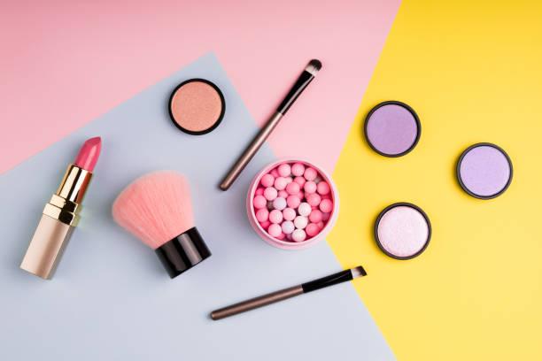 彩妝產品和裝飾性化妝品在色彩背景平躺。時尚和美容博客的概念。頂部視圖 - 美容品 個照片及圖片檔