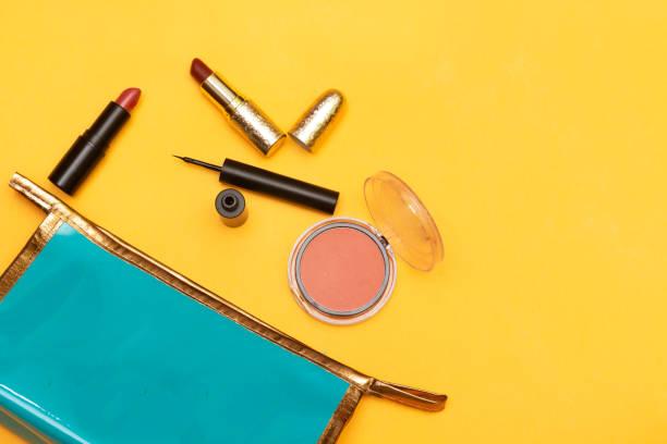 Make-up-Produkte mit Kosmetiktasche isoliert auf gelbem Hintergrund – Foto