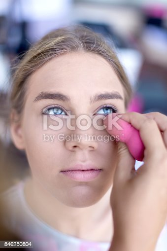 istock Make-up professional applying make-up 846250804
