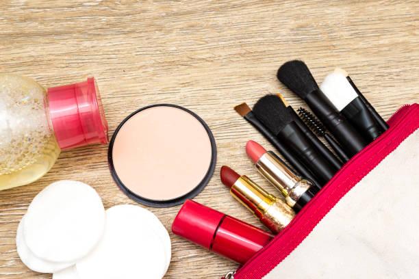 Make-up entfernen Sie Hautpflegekonzept.  Wattestäbchen und Make-up-Entferner Flüssigkeits-Kosmetik, Make-up-Tasche – Foto