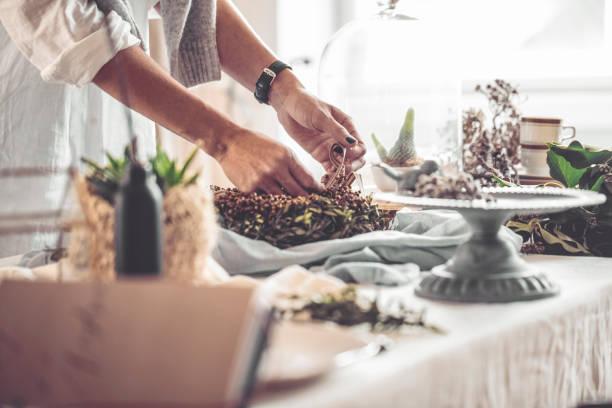 machen einen weihnachtskranz - küche rustikal gestalten stock-fotos und bilder