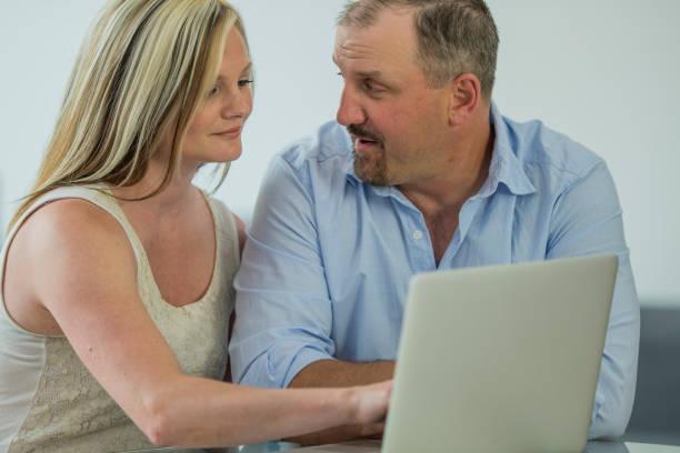 eine entscheidung getroffen - frisch verheirateten beratung stock-fotos und bilder