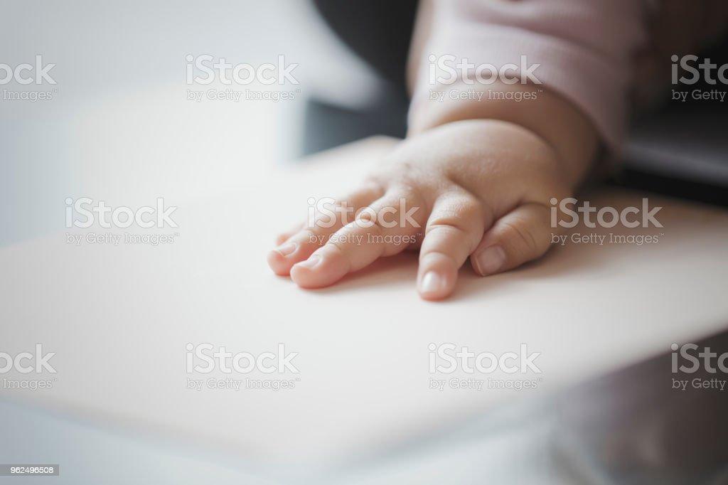 Fazendo uma impressão da mão do bebê - Foto de stock de 6-11 meses royalty-free
