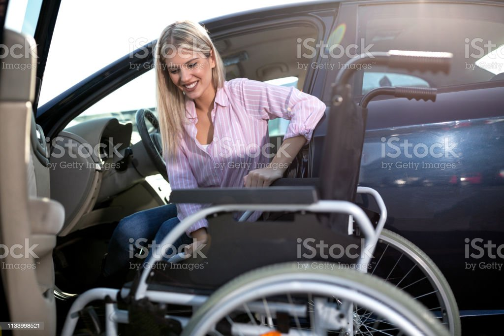 從汽車到輪椅上 - 免版稅一個人圖庫照片
