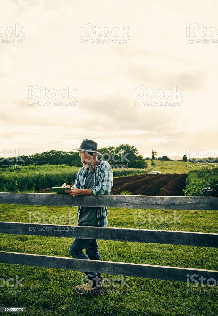 Erstellen einer Notiz von alles, das geschieht auf dem Bauernhof – Foto