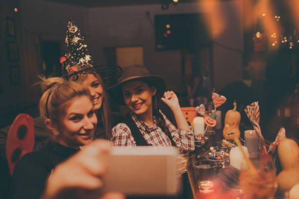 machen eine selfie auf einer halloween-party - halloween party lebensmittel stock-fotos und bilder