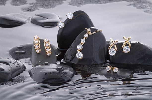 eine splash mit gold und diamanten - halskette weißgold stock-fotos und bilder