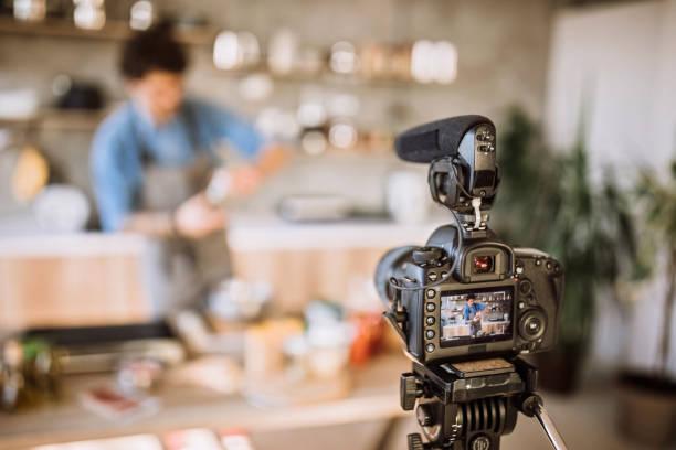 machen sie einen vlog über burger-zubereitung - tattoo maker online stock-fotos und bilder