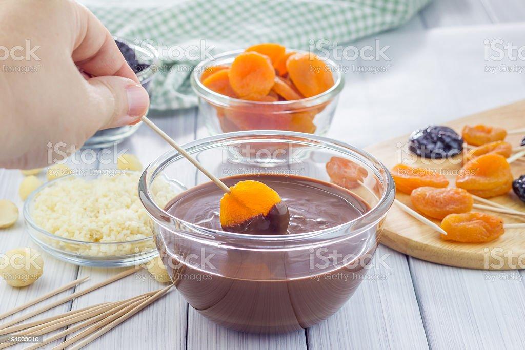 Faire de l'abricot et prunes sucettes - Photo