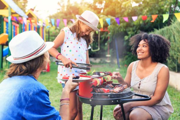 backyard barbecue mit freunden machen - kindergrill stock-fotos und bilder