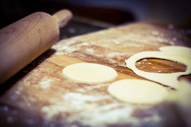 herstellung der kekse in küche - teig - scones backen stock-fotos und bilder