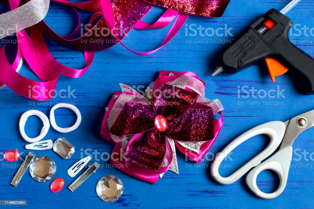 Making beautiful bows for girl\'s hairstyle from satin and reps...