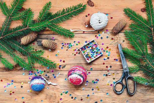 der christmas ball heften die pailletten auf den ball - diy xmas stock-fotos und bilder