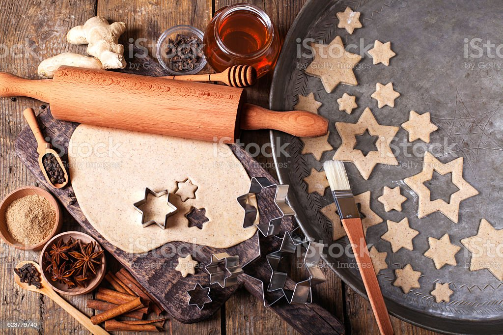 Making Christmas Cookies with traditional gingerbread cookies ingredients - foto de stock