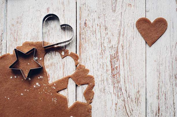 weihnachten lebkuchen cookies machen - lebkuchenherzen stock-fotos und bilder