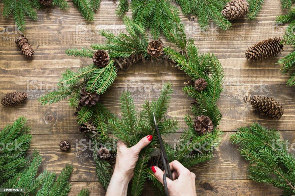 Att göra jul krans med färska och alla naturliga material. bildbanksfoto