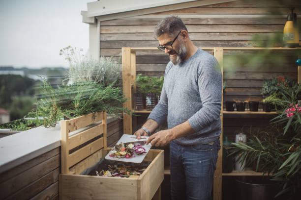 making compost from leftovers - rifiuti zero foto e immagini stock