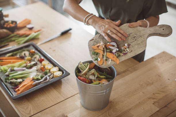 making compost from vegetable leftovers - rifiuti zero foto e immagini stock
